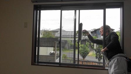 2段脚立ににまたがって身体が窓の外側に出ている例