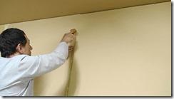 壁紙クロスのジョイントをローラーで押さえます。