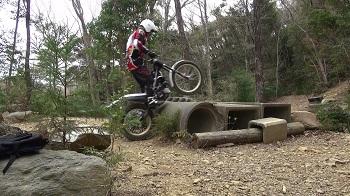 オートバイのトライアル。土管越え