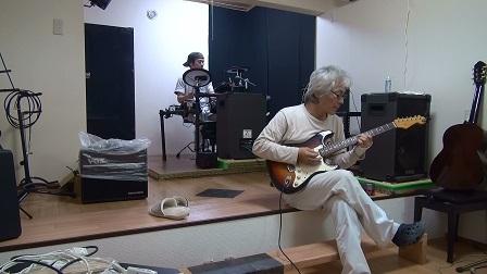 DIYで作ったマイスタジオでギター練習中。じゃお本人です